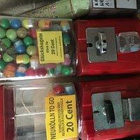 Souvenirs aus dem Kaugummiautomaten ziehen macht Spaß