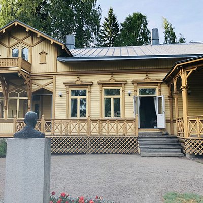 Suviniemi, the oldest surviving villa in Vääksy, was built in 1891. The New Renaissance-style Suviniemi tells about the golden age of Vääksy's villa history. State Councillor J. R. Danielson-Kalmari (1853–1933) was a leading Finnish historian and a key politician of his time. Danielson-Kalmari bought Suviniemi in 1892 and spent all the summers there with his family until 1932.