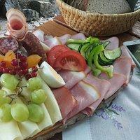 Einfach köstlich! Sowohl das Essen als auch der Wein schmecken hervorragend. Freundliche Bedienung und überhaupt ein entschleunigter Ort!