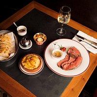 Unser Hauptgang: Roastbeef und Filet mit Cafe de Paris Sauce und Kartoffelgratin.