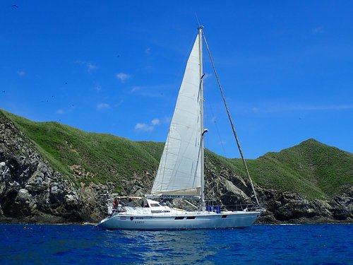 Enjoy the beauty of Costa Rica from a sailboat!