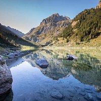 Le lac de Suyen est le premier lac de haute-montagne situé dans le Parc national des Pyrénées accessible à toute la famille à 30 minutes de marche au départ de la Maison du Parc du Plan d'Aste (de mai à novembre).