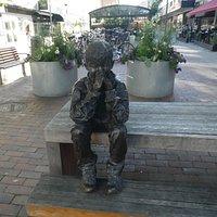 Statyn ''Gzim och den frusna sjön'' i Västerås