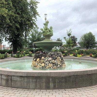 Statyn ''Glädjens Källa'' i Badhusparken i Kungsbacka
