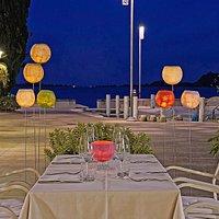 tavolo a pochi metri dal porticciolo di Gardone Riviera