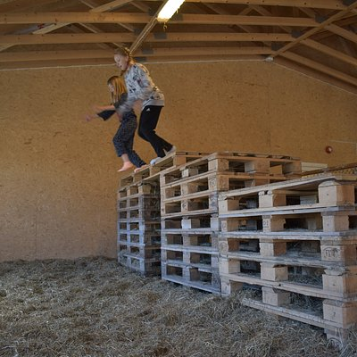 Hopping i høyet liker de fleste barn.