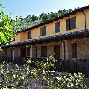 Sei camere doppie con portico indipendente al piano terra e un appartamento per ospitare le famiglie più numerose!