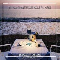 Solo l'Approdo due è ristorante in riva al mare. Non è un fotomontaggio.