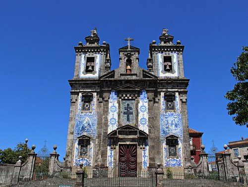 Fachada em azulejo da Igreja Paroquial de Santo Ildefonso