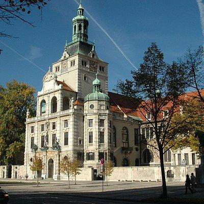 Haupteingang des Bayerischen Nationalmuseums.  Die Architektur von 1900 ist Außen und Innen einzigartig.  König Maximilian II. von Bayern gründete das Museum 1855 um die Sammlungen der Wittelsbacher zu präsentieren.  Foto © Bayerisches Nationalmuseum