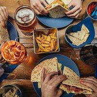 """Questa foto rappresenta una classica tavolata da """"PiadaPiave"""": piadine, patatine e cocktails per passare un'ottima serata in compagnia all'insegna del gusto e dell'autenticità!"""