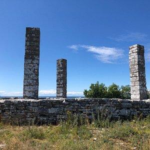 Endast stolparna återstår från det som en gång var en avrättningsplats.