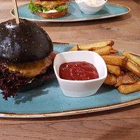 Black burger, chilli omacka