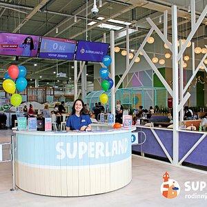 Superland je obrovský zábavní park pro celou rodinu, 2 500 m² skutečného štěstí!  Fascinující labyrinty a skluzavky, lanový park, trampolínový komplex, fotbalové a basketbalové hřiště, vzdušný hokej, horolezecká stěna pro děti, houpačky, vzduchovky a dokonce I bungee pro ty nejodvážnější! U nás si každý najde svou oblíbenou atrakci.