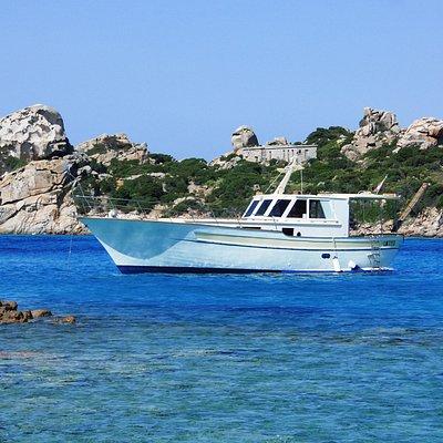 Entdecke die Schönheit des Inselarchipels mit der Motobarca Antares