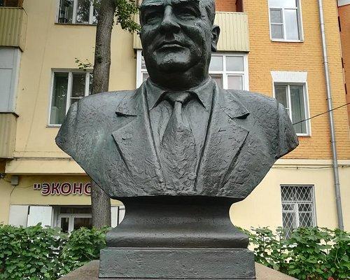 Памятник-бюст первому мэру Подольска А.В. Никулину, Революционный пр., 34/29.