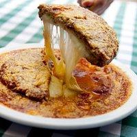 Polpettone alla Parmigiana bolo de carne moída recheado com mussarela, empanado c/ farinha de rosca especial, coberto com molho de tomates e parmesão ralado