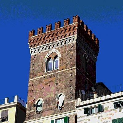 La Torre medievale dei Morchi svetta sui tetti delle case di fronte al Porto Antico.