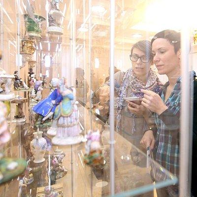 Посетители в зале фарфора частных заводов России