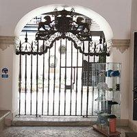 Puerta de entrada al patio principal.
