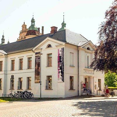 Güstrow-Information mit Stadtmuseum von außen.