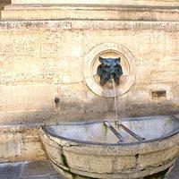 Vasque de la Fontaine de Mars et Mascaron crachant l'eau /Vasque de la Fontaine de Mars and Mascaron spitting water