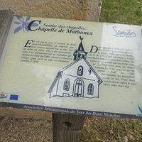 panneau explicatif le long mur chapelle.