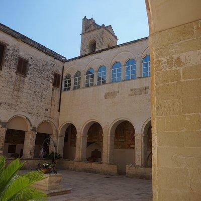 Le Cloitre et le clocher de l'Eglise