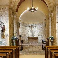 L'autel en pierre date du XI ème siècle. C'est l'un des plus anciens en Normandie.