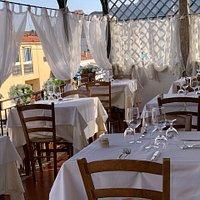 La nostra bianca  terrazza che  accoglie per voi  i colori dei piatti di Fofò.