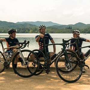 Relaxing at Banyoles Lake with Eat Sleep Cycle rental bikes! Andrea rides the Basso Astra, Menno rides the Ridley Fenix Di2 & Amy rides the Ridley Noah Fast Di2.