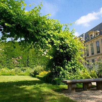 Square des Arts- Albert Schweitzer , le jardin Haut et l'Hôtel d'Aumont  Square des Arts- Albert Schweitzer, the Haut garden and the Hôtel d'Aumont