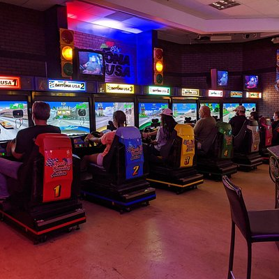 Daytona USA Special Edition! 8 players linked with moving seats!
