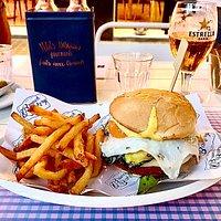 Una cerveza fria y una deliciosa hamburguesa especial!