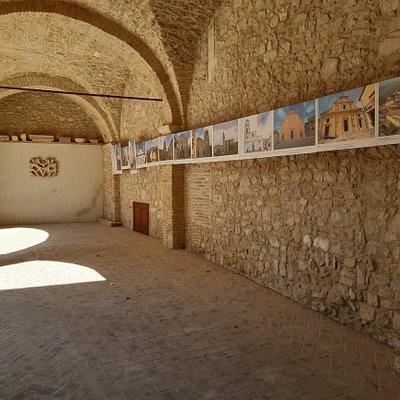 vista dell'atrio con le immagini degli interessanti luoghi della fede