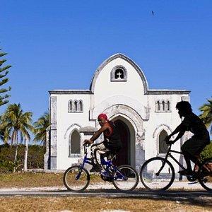 Eglise Protestante de Fayaoué ,  vue de l'église et de Kanaks à vélo /Protestant Church of Fayaoué, view of the church and Kanaks by bike