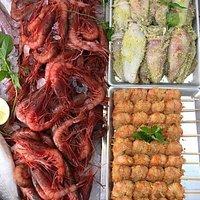 Ready to go - Spiedini di gambero, calamaretti ripieni e gambero rosso locale da fare alla griglia.