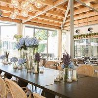 La salle du restaurant s'ouvre largement sur une magnifique terrasse