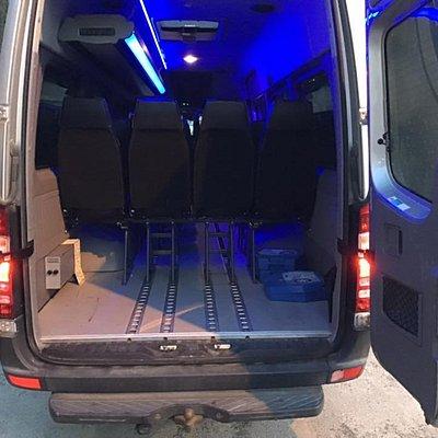 I dette store bagasjerommet kan vi frakte inntil 20 kofferter. Om det er behov for ytterligere bagasjerom, har vi en stor tilhenger på 5 m3 som vi gledelig hekter bak en av våre minibusser på deres reise.