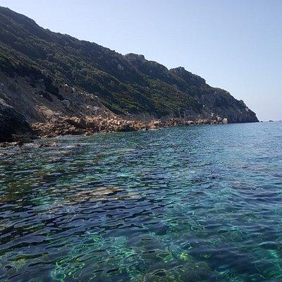 Isola disabitata dall'acqua meravigliosa. Visitabile in giornata, raggiungibile solo via barca.