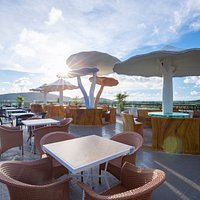 The Cloud Bistro and Restaurant is considered a rooftop bar with the most beautiful mountain view south of Phu Quoc Island. Located on the top floor of Nghi Lan Hotel, this bar serves breakfast, juice, mocktail and cocktails. Customers can also easily find some suitable wines to enjoy.