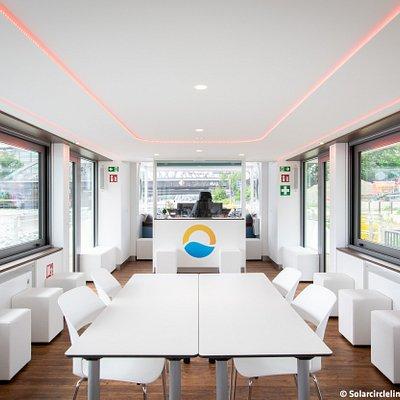 Der Innenraum ist hell und freundlich gestaltet und bietet Platz für verschiedene Anlässe