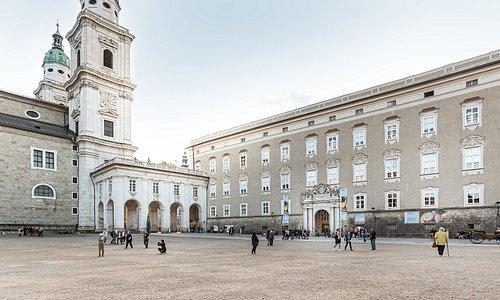 Residenzplatz mit Hauptfassade der Salzburger  Residenz und Haupteingang des DomQuartiers, Terrasse auf den Dombögen und Salzburger Dom als Verbindung des Rundgangs in alle Museem/Ausstellungsbereiche.