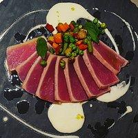 tataki di tonno con verdure e salsa di pecorino