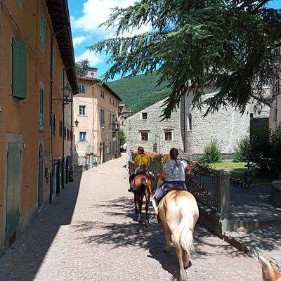 Passeggiata a cavallo in centro a Fiumalbo.