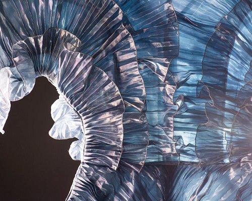 MATERIAL MATTERS. Von der Faser zur Mode (Ausstellung im Textilmuseum St. Gallen, 6.6.2020 - 21.2.21) Overall von Krizia (Detail) Foto: Mirjam Graf