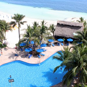 Vista panorámica de alberca y área de playa.