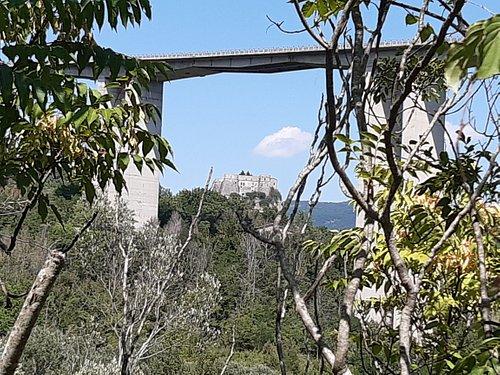 panoramica del paese sullo sfondo ed in primo piano il viadotto