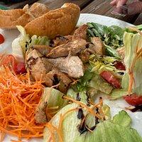 Das soll ein großer Salat mit Putenbruststreifen sein - für 14 Euro. Nein, von dem Salat wurde noch nichts gegessen - genau so wurde  er uns Serviert.