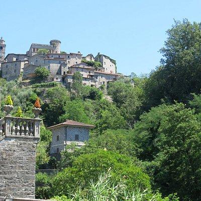 Il caratteristico scorcio di Bagnone con il castello sullo sfondo